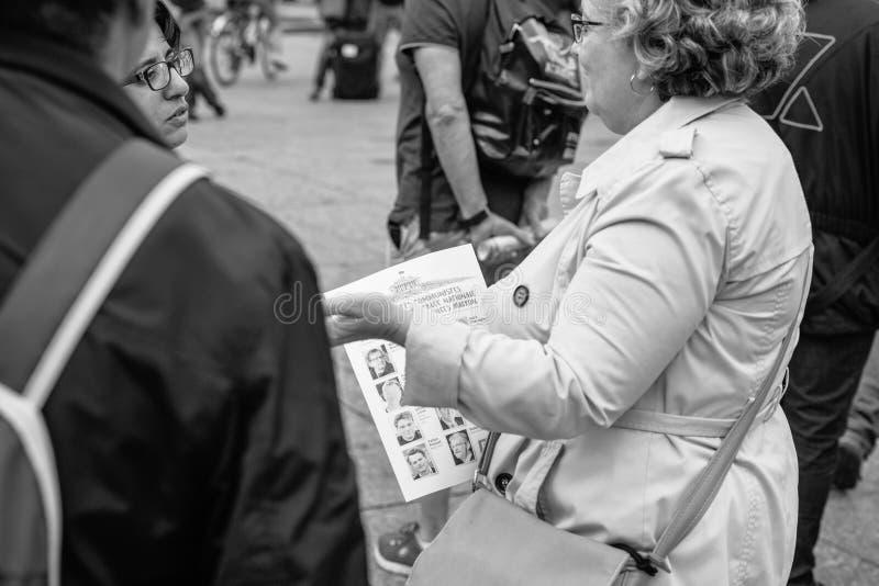 Starsze kobiety debatuje przeciw macron prawu przy protestem w Francja fotografia stock
