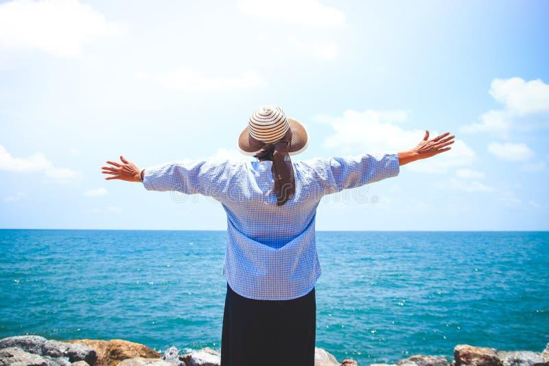 Starsze kobiety na plaży zdjęcia royalty free