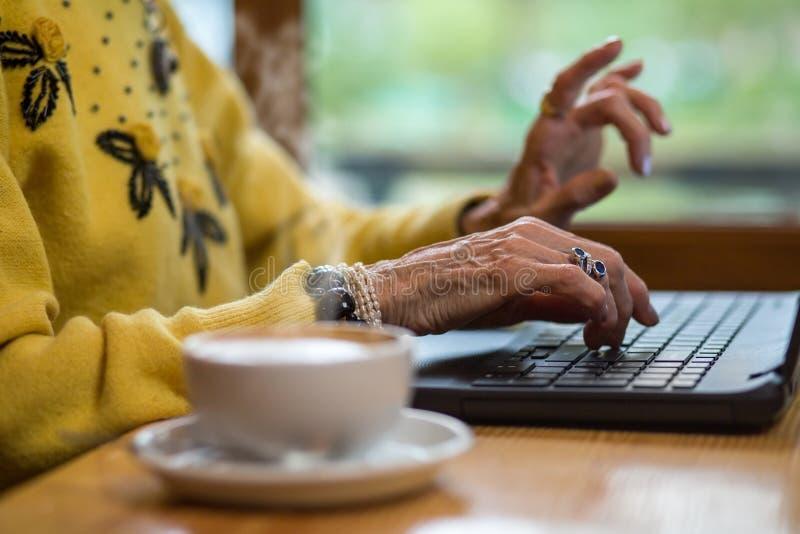 Starsze kobiety ` s ręki i klawiatura zdjęcia stock