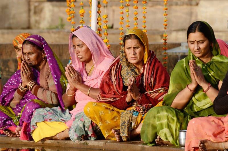 Starsze kobiety wykonują puja - obrządkowa ceremonia przy świętym Pushkar Sarovar jeziorem, India obrazy royalty free