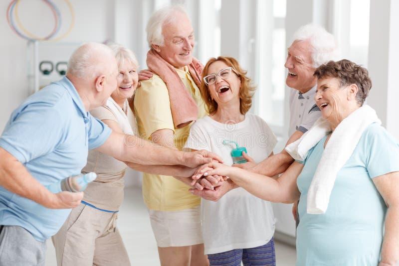 Starsze osoby śmia się przed joga klasami fotografia royalty free