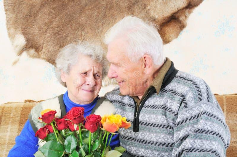 starsze osoby dobierać do pary ludzi obrazy royalty free