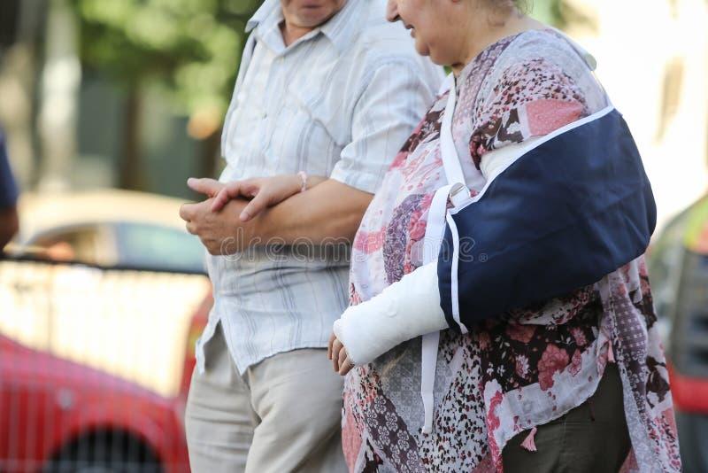 Starsze osoby dobierają się kochać opiekę each inny i brać zdjęcia stock