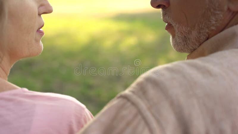 Starsze osoby dobierają się patrzeć each innego zbliżenie, wspólne zrozumienia, afekcja obrazy royalty free