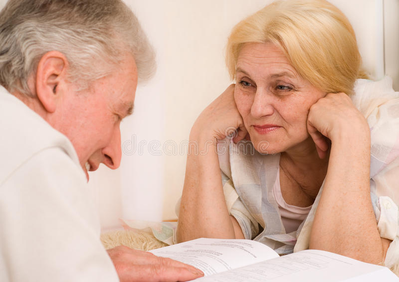 Starsze osoby dobierają się wpólnie obraz royalty free