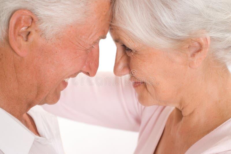 Starsze osoby dobierają się wpólnie zdjęcie stock