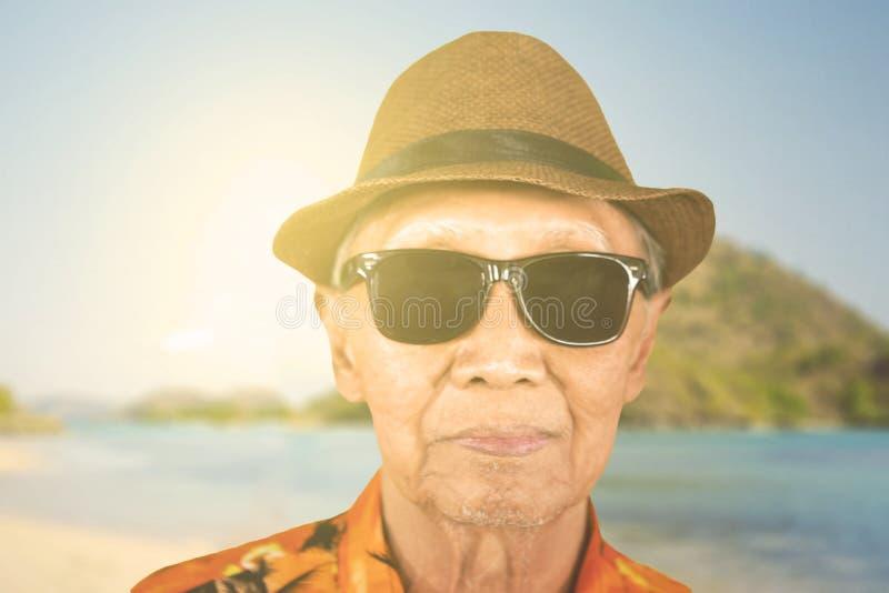 Starsze osoby obsługują być ubranym okulary przeciwsłonecznych na plaży fotografia stock