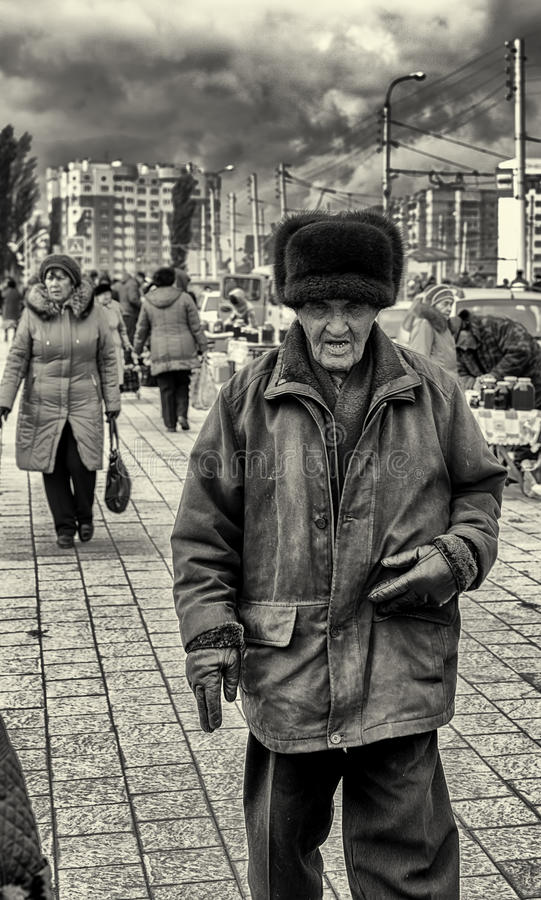 09/10/2015 - Starsze osoby obsługują być ubranym Rosyjskiej Ushanka niedźwiedziej skóry Futerkowego kapelusz obrazy stock