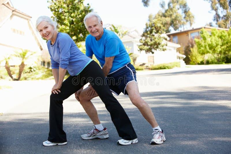 Starsze osoby obsługują i młoda kobieta jogging zdjęcie royalty free