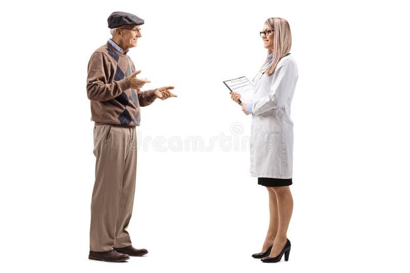 Starsze osoby obsługują opowiadać kobiety lekarka zdjęcia royalty free