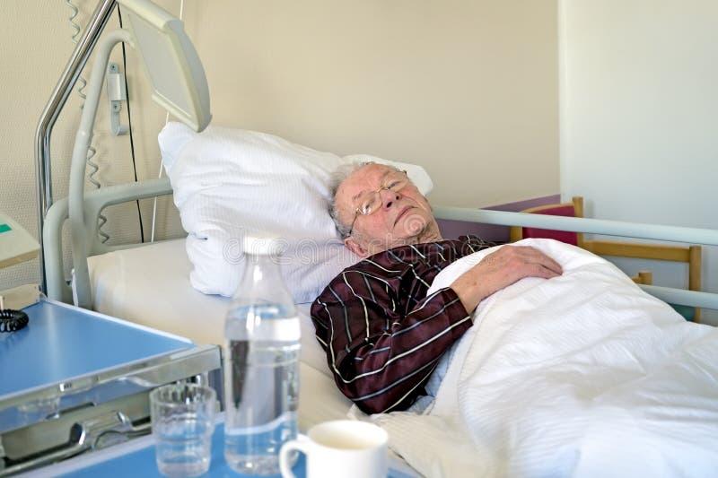Starsze osoby obsługują regenerować w szpitalu zdjęcie stock