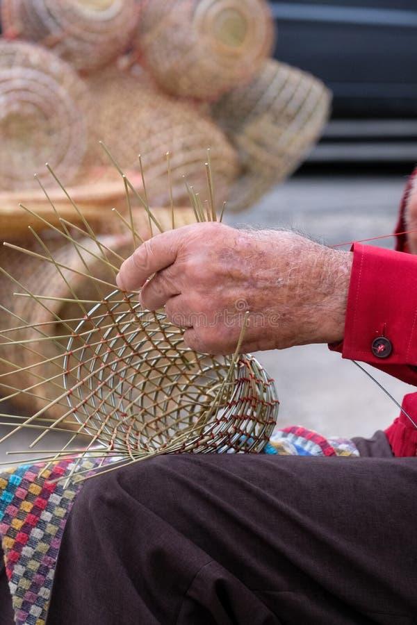 Starsze osoby obsługują robią koszom dla używają w połowu przemysle w tradycyjnym sposobie w Gallipoli, Puglia, Włochy obraz stock