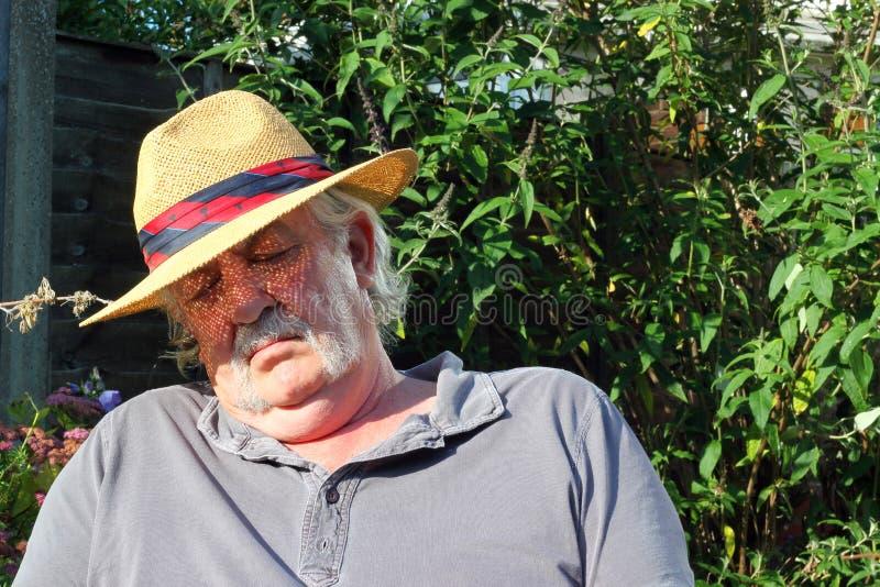Starsze osoby obsługują uśpionego jest ubranym kapelusz. zdjęcia stock