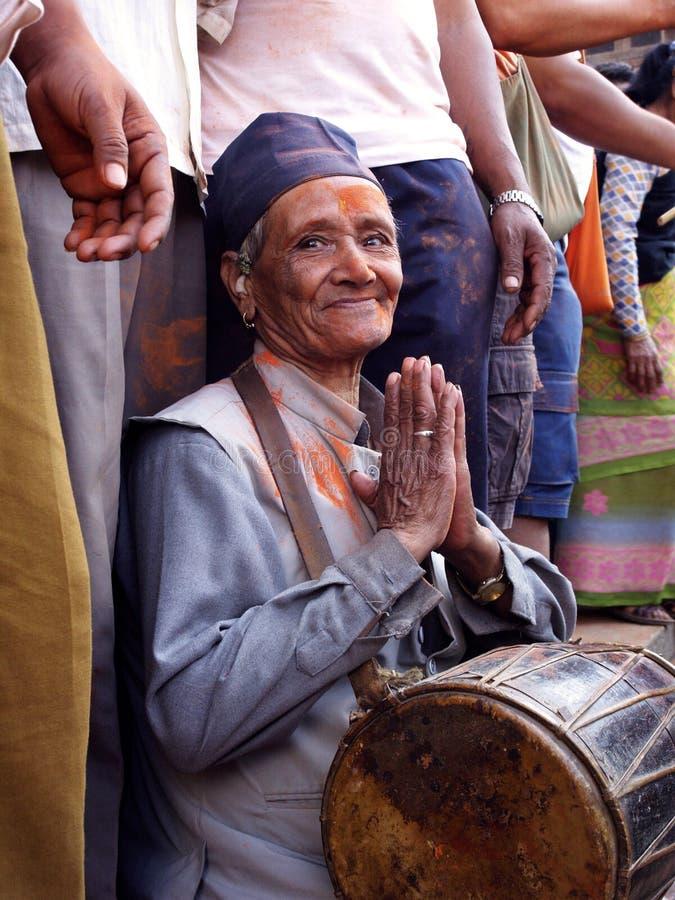 Starsze osoby obsługują w Bisket Jatra zdjęcia royalty free