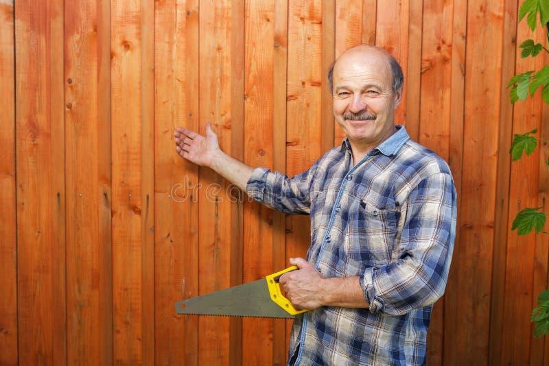 Starsze osoby obsługują w czasie budowy chałupy obrazy stock