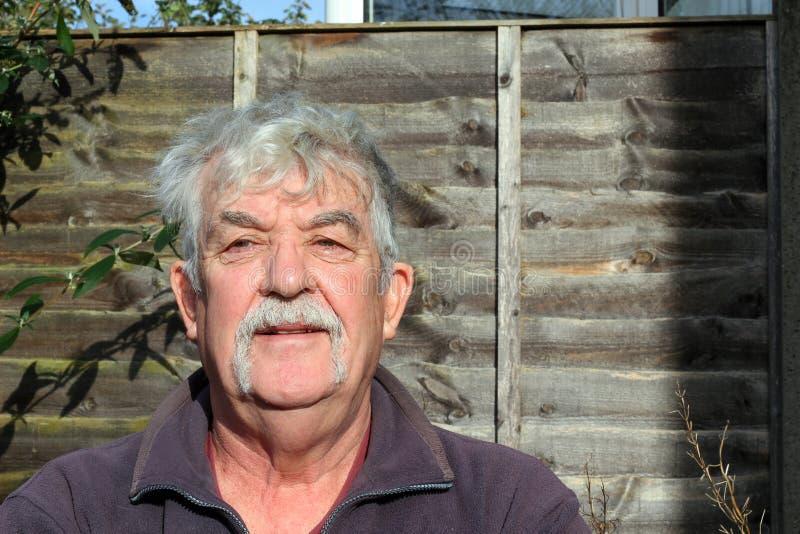 Starsze osoby obsługują z wąsy lub wąsa ono uśmiecha się. zdjęcia royalty free