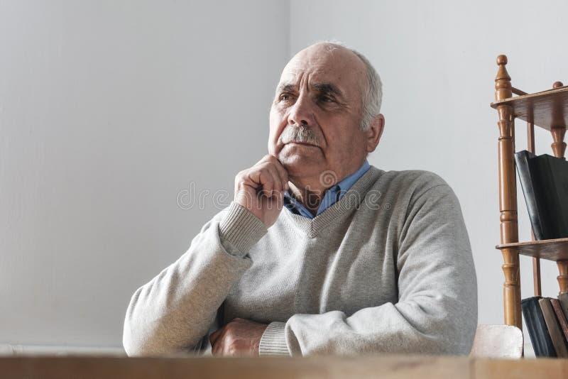 Starsze osoby obsługują z wąsy siedzącym główkowaniem obraz stock
