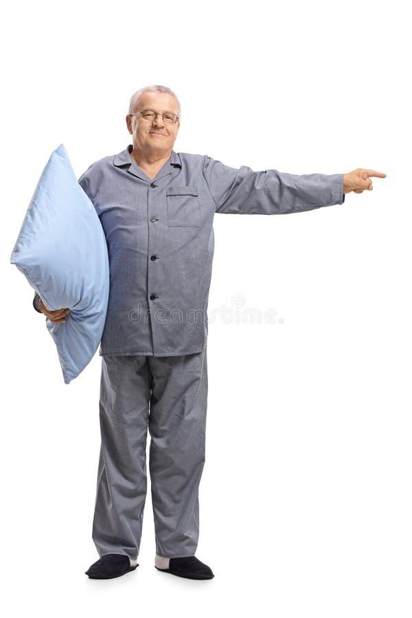 Starsze osoby trzyma wskazywać i poduszkę obsługują w piżamach zdjęcia stock