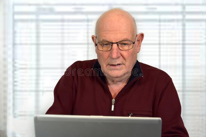 Starsze szef niezobowiązująco ubierać pracy w jego biurze fotografia royalty free