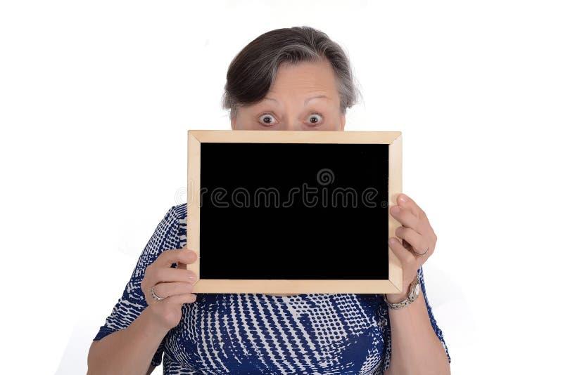 Starszego kobiety mienia pusty chalkboard zdjęcie stock