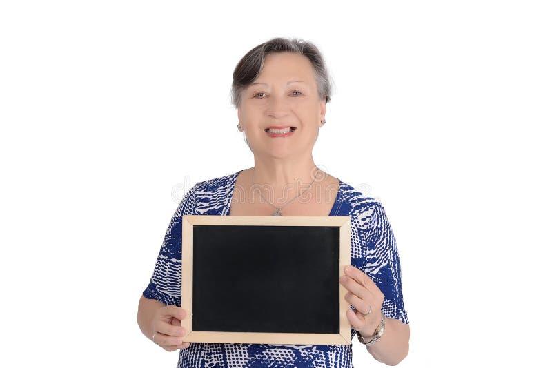 Starszego kobiety mienia pusty chalkboard zdjęcie royalty free