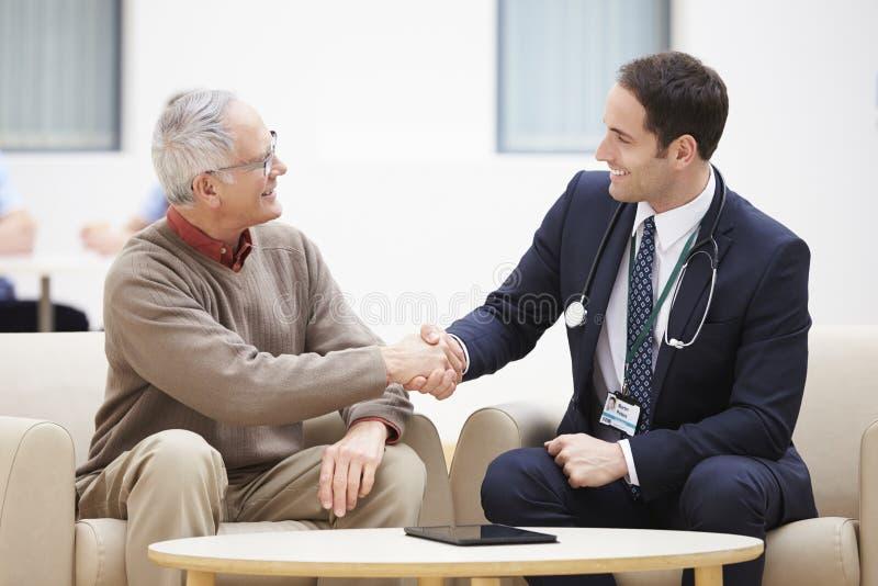 Starszego mężczyzna chwiania ręki Z lekarką zdjęcia royalty free