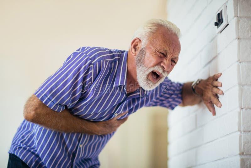 Starszego mężczyzna cierpienie od ataka serca obrazy stock