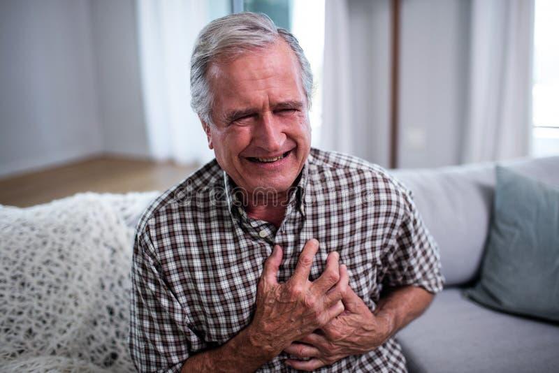 Starszego mężczyzna cierpienie od ataka serca obraz stock