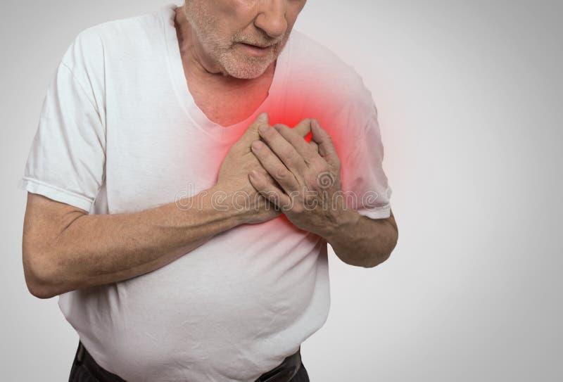 Starszego mężczyzna cierpienie od bad bólu w jego klatce piersiowej obrazy stock