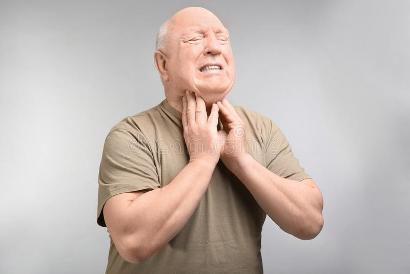 Starszego mężczyzna cierpienie od bolesnego gardła zdjęcie stock