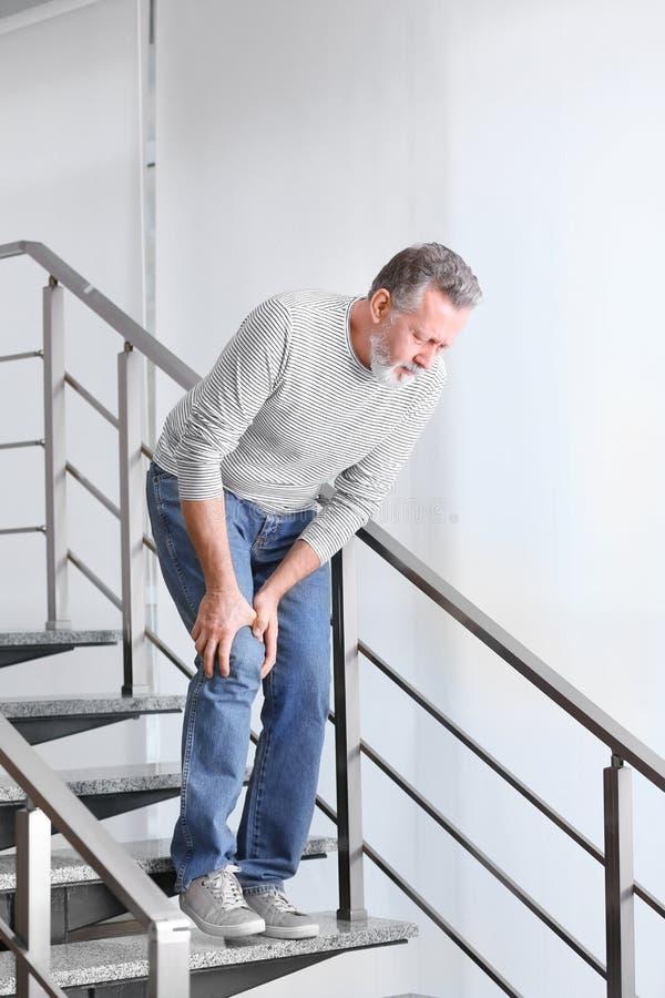 Starszego mężczyzna cierpienie od kolano bólu zdjęcie stock