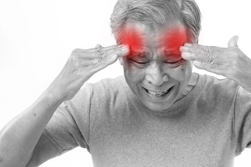 Starszego mężczyzna cierpienie od migreny, stres, migrena zdjęcie royalty free