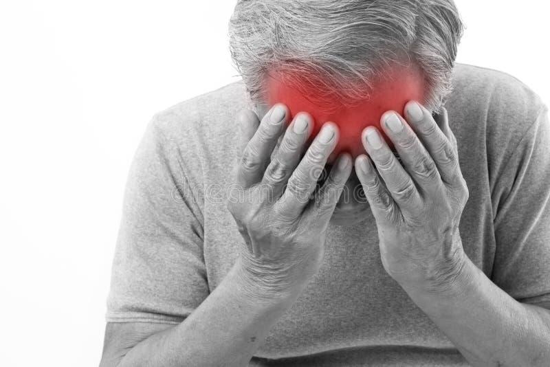 Starszego mężczyzna cierpienie od migreny, stres, migrena obraz royalty free