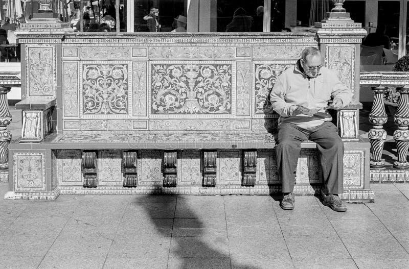 Starszego mężczyzna Czytelnicza gazeta w Algeciras, Hiszpania obraz royalty free