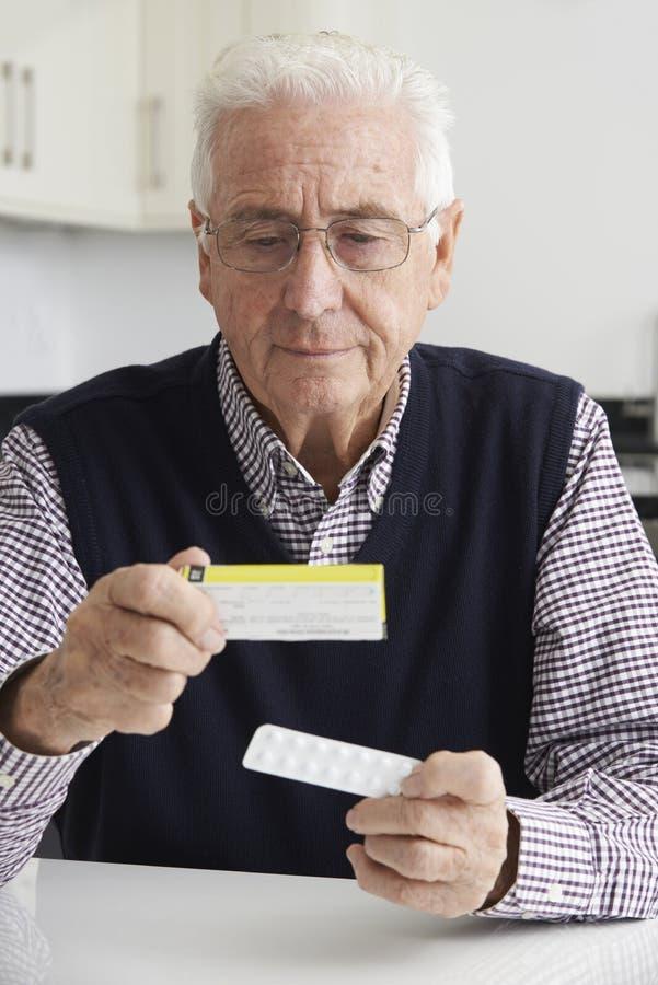 Starszego mężczyzna Czytelnicza informacja Na leka Pakować obrazy royalty free