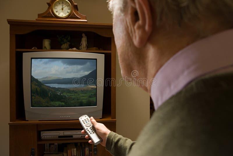 Starszego mężczyzna dopatrywania telewizja zdjęcie royalty free
