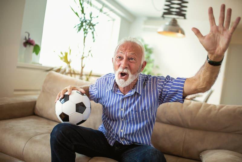Starszego mężczyzna doping ogląda mecz futbolowego zdjęcie royalty free