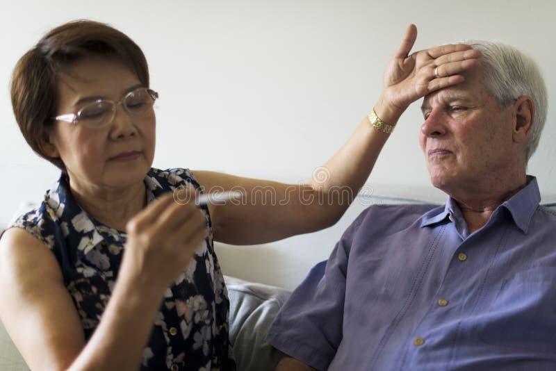 Starszego mężczyzna Dorosła Chora febra zdjęcia stock
