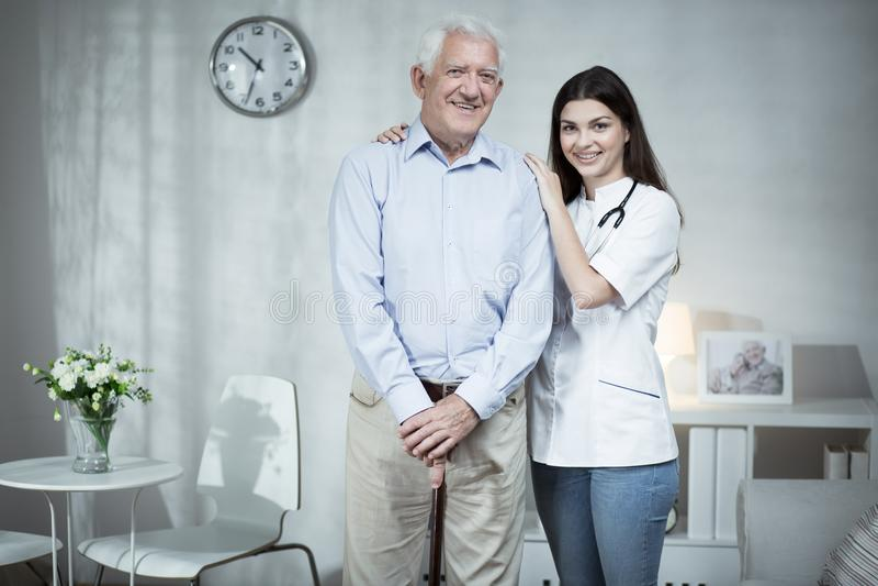 Starszego mężczyzna i czułości lekarka obrazy royalty free