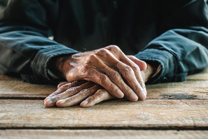 Starszego mężczyzna nakrycie zdjęcia stock