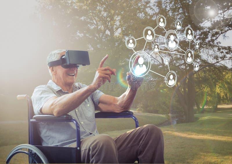 Starszego mężczyzna obsiadanie na wózku inwalidzkim używać rzeczywistości wirtualnej słuchawki i sieci złączone ikony zdjęcia stock