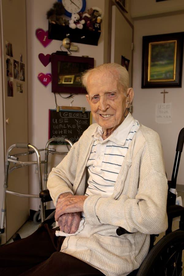 Starszego mężczyzna obsiadanie w koła krześle w opieki łatwości obraz stock