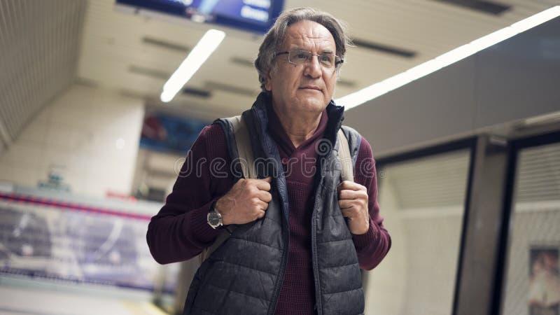 Starszego mężczyzna pasażera dworzec w mieście publicznie fotografia stock
