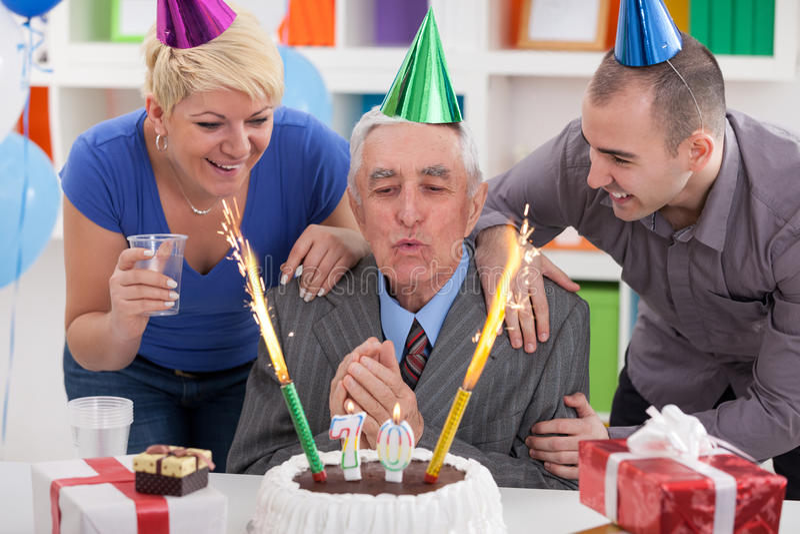 Starszego mężczyzna podmuchowe świeczki zdjęcia stock