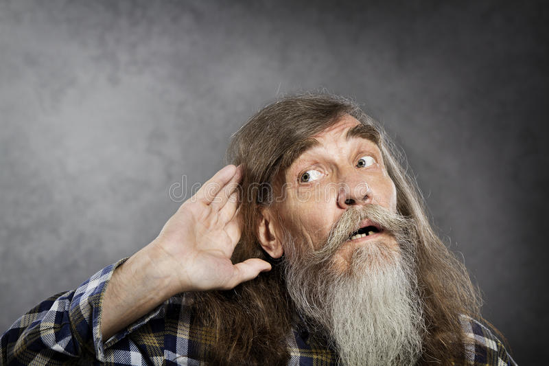 Starszego mężczyzna próby słuchać rozsądną, starą utraty słuchu głuchotę, obraz stock