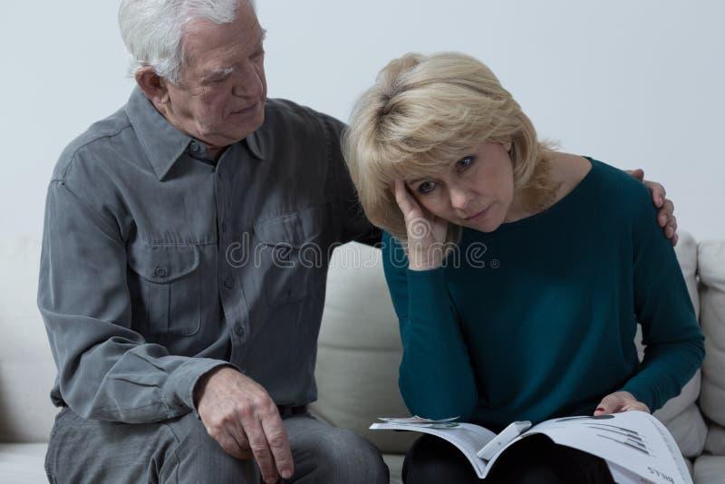 Starszego mężczyzna przytulenia spęczenia żona fotografia royalty free