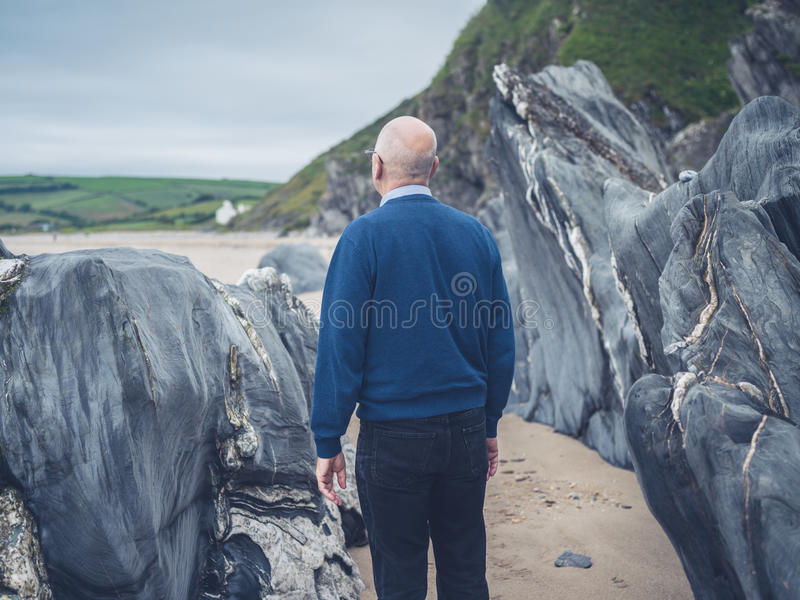 Starszego mężczyzna rekonesansowa skalista plaża obrazy royalty free