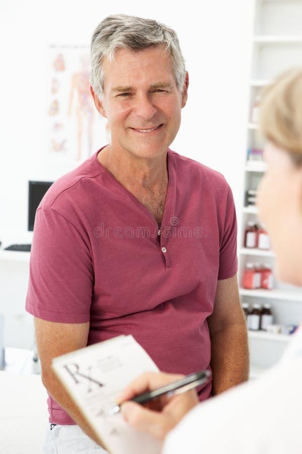 Starszego mężczyzna target773_0_ lekarka obrazy royalty free