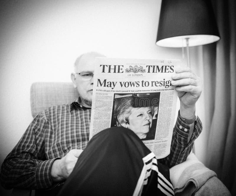 Starszego mężczyzny czytanie w żywej izbowej The Times UK prasie o Brexit zdjęcia royalty free