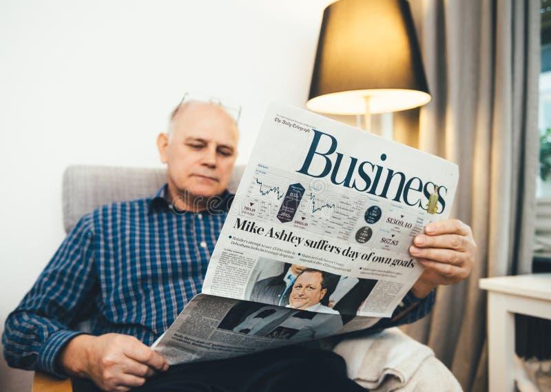 Starszego mężczyzny czytelnicza Biznesowa strona The Daily Telegraph zdjęcia royalty free